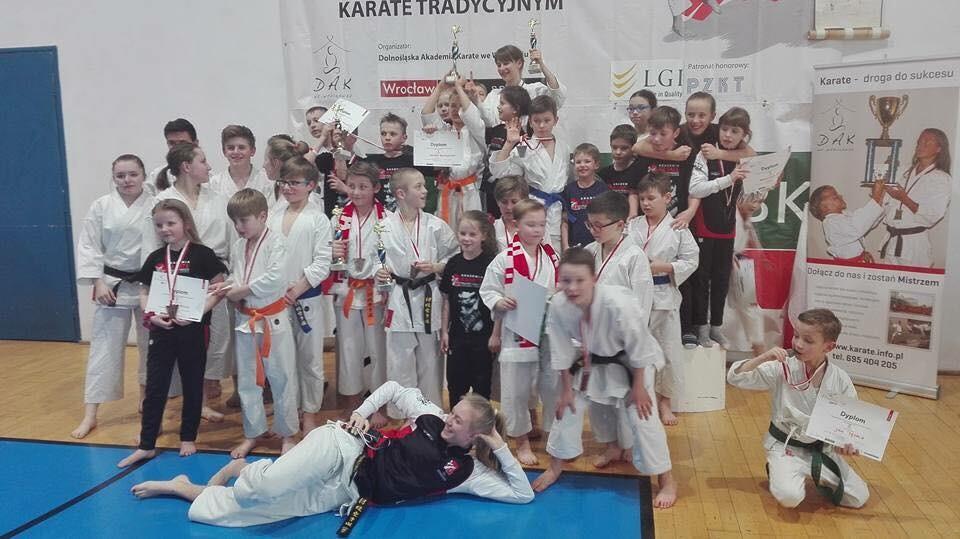 <p>32 medale (7 złotych, 12 srebrnych, 13 brązowych) wywalczyli karatecy AKT podczas Międzynarodowego Turnieju Wratislavia Cup 2017. Zawody rozegrano 11 marca we Wrocławiu.</p>