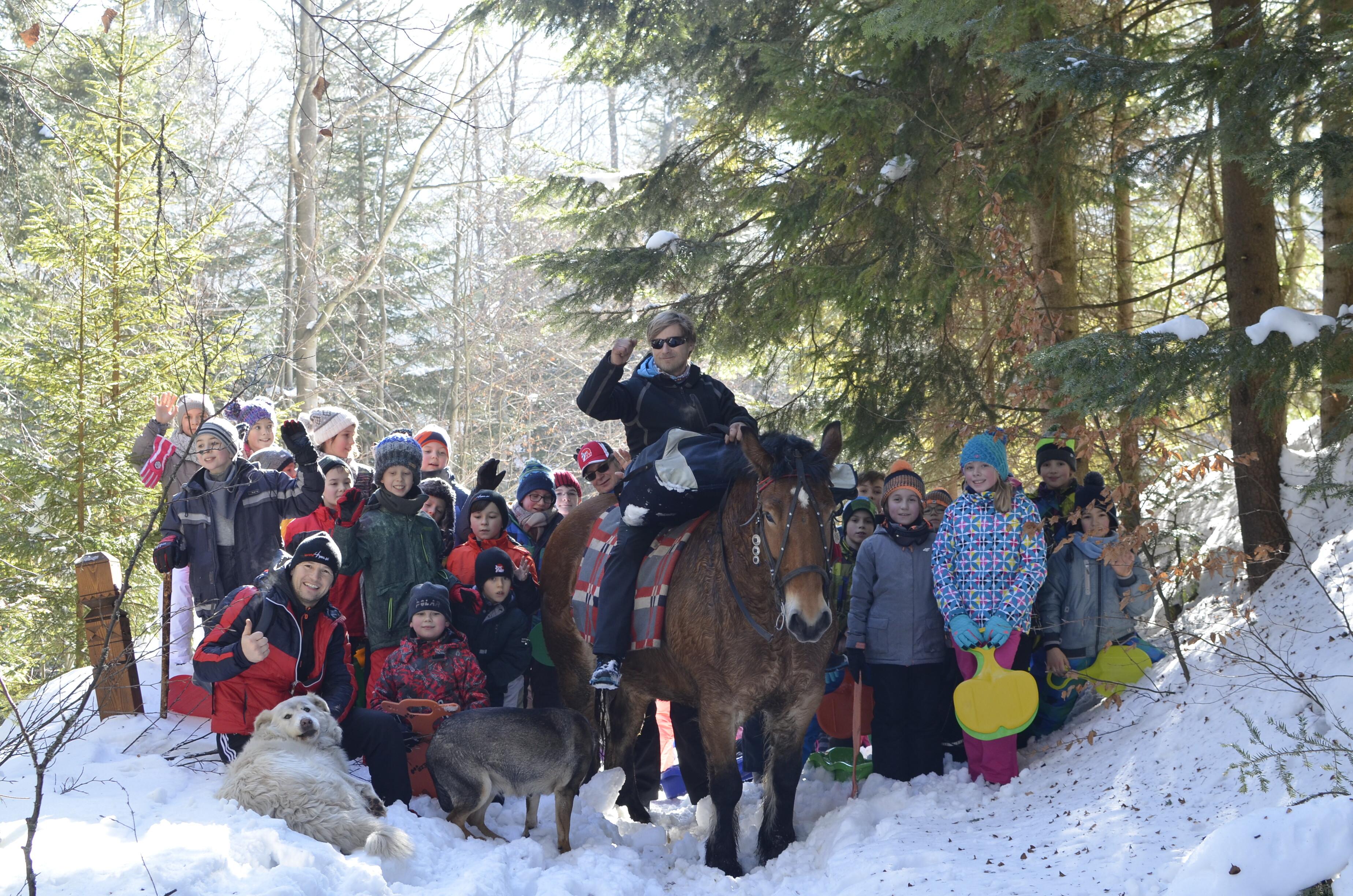 <p>W dwóch turnusach obozu zimowego w Ochotnicy Górnej uczestniczyło ponad 100 osób (28 stycznia – 2 lutego 2017, 2-5 lutego 2017)</p>