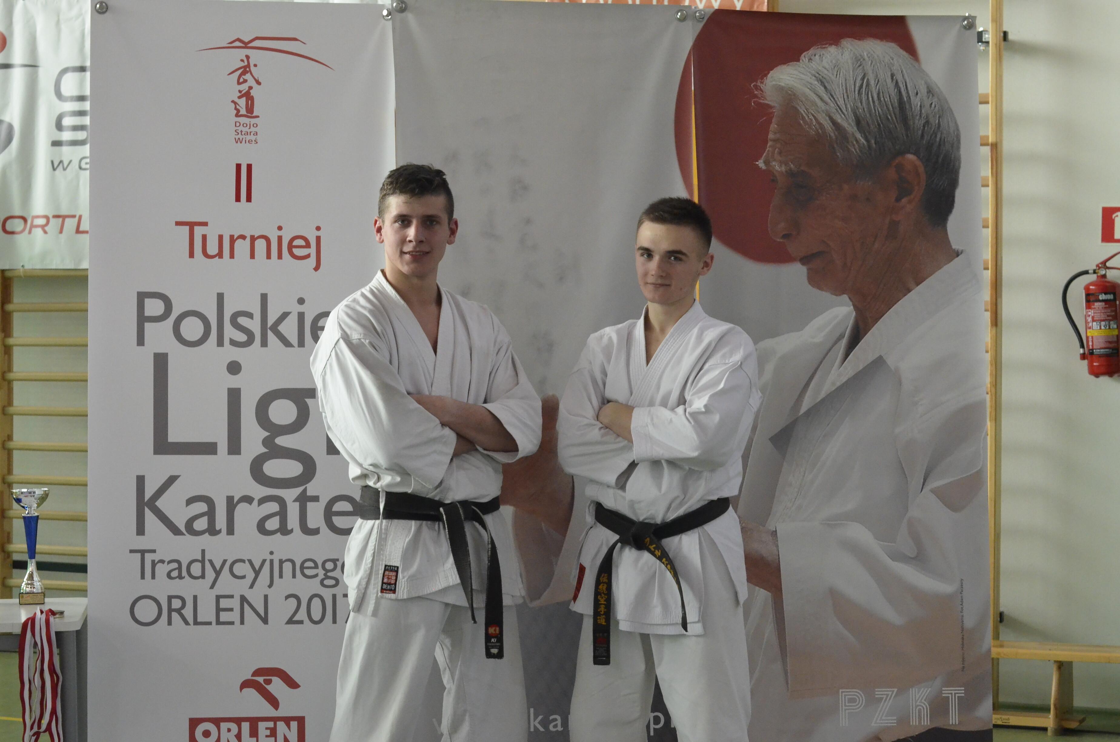 <p>Paweł Tomasik zajął drugie, Wiktor Staszak piąte miejsce w II Turnieju Polskiej Ligi Karate Tradycyjnego ORLEN 2017. Zawody odbyły się 8 kwietnia w Centrum Edukacji i Sportu w Mysiadle pod Warszawą.</p>