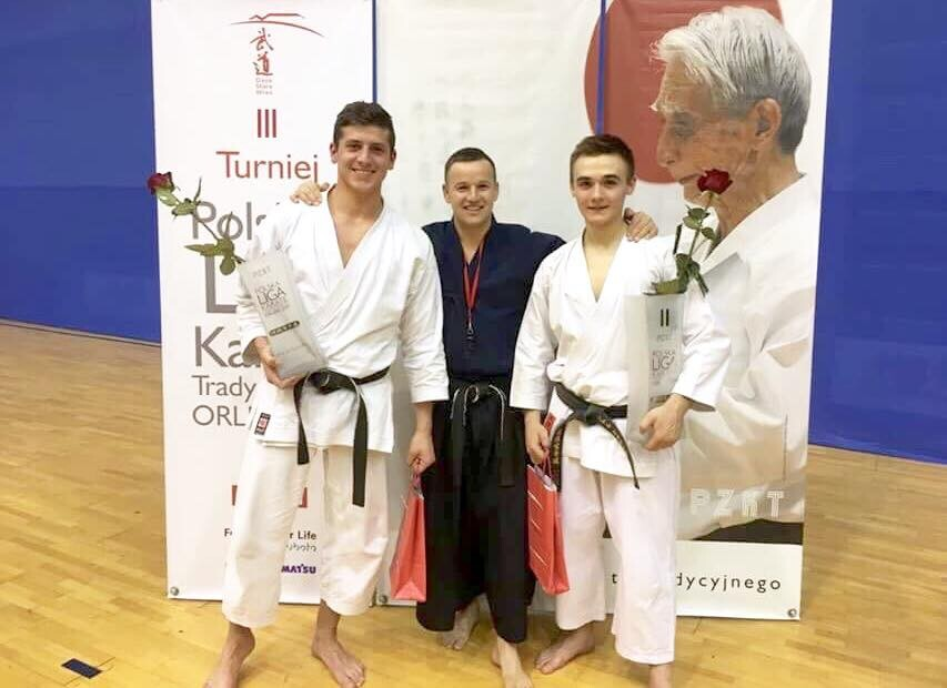 <p>Finał Polskiej Ligi Karate Tradycyjnego. Po podsumowaniu wszystkich trzech turniejów, Wiktor Staszak zajmuje drugie, Paweł Tomasik czwarte miejsce. Finałowe rozgrywki odbyły się 29 kwietnia w Gdańsku.</p>