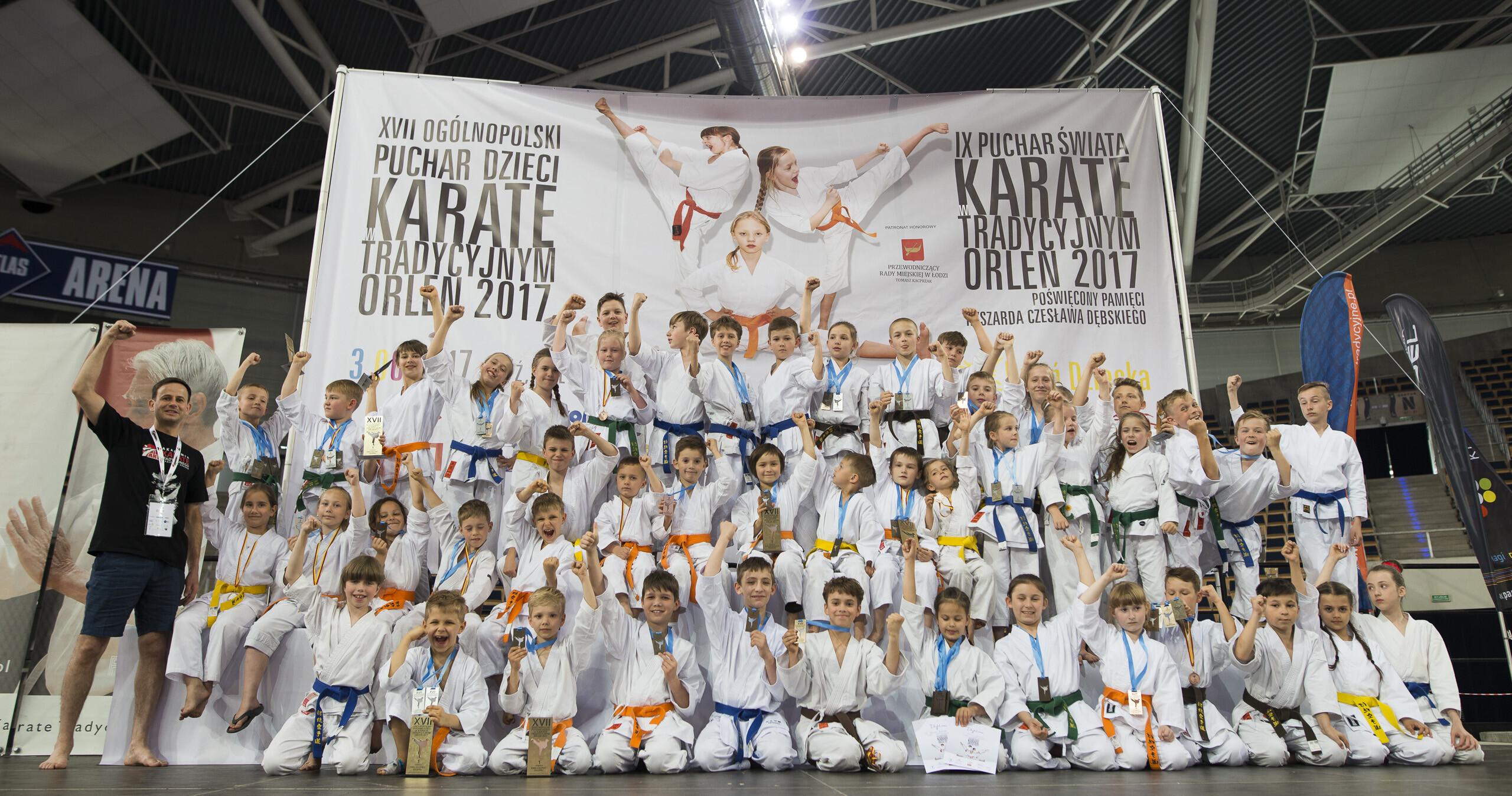 <p>Świetny wynik karateków AKT podczas Pucharu Polski Dzieci rozegranego 3 czerwca w łódzkiej Atlas Arenie! Młodzi zawodnicy zdobyli 39 medali (13 złotych, 8 srebrnych i 18 brązowych) oraz 6 czwartych miejsc i tym samym wywalczyli pierwsze miejsce dla AKT Niepołomice-Kraków pośród ponad tysiąca uczestników z 73 klubów Polski.</p>