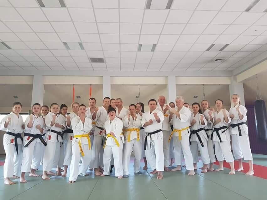 <p>Grupa osób niepełnosprawnych ćwicząca karate pod okiem senseia Pawła Janusza w Domu Środowiskowym w Gruszkach, odwiedziła w sobotę 1 kwietnia 2017 roku Dojo Stara Wieś.</p>