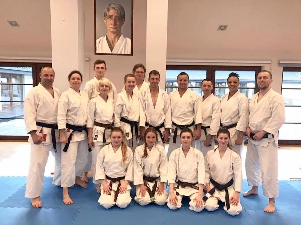 <p>Kolejne Międzynarodowe Seminarium Karate Tradycyjnego z sensiem Avim Rokah (USA) przeszło do historii. Na corocznym zgrupowaniu w Dojo Stara Wieś, które trwało od 12 do 14 maja, spotkało się kilkuset karateków, w tym 15-osobowa ekipa z AKT.</p>
