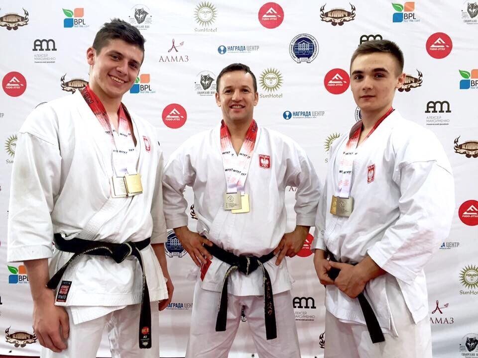 <p>Paweł Janusz, Wiktor Staszak i Paweł Tomasik wzięli udział w Międzynarodowym Turnieju Karate Tradycyjnego na Syberii. Zawody odbyły się 15 i 16 kwietnia w Irkucku. Wystartowało ponad 300 zawodników. Ekipa AKT zdobyła 8 medali.</p>