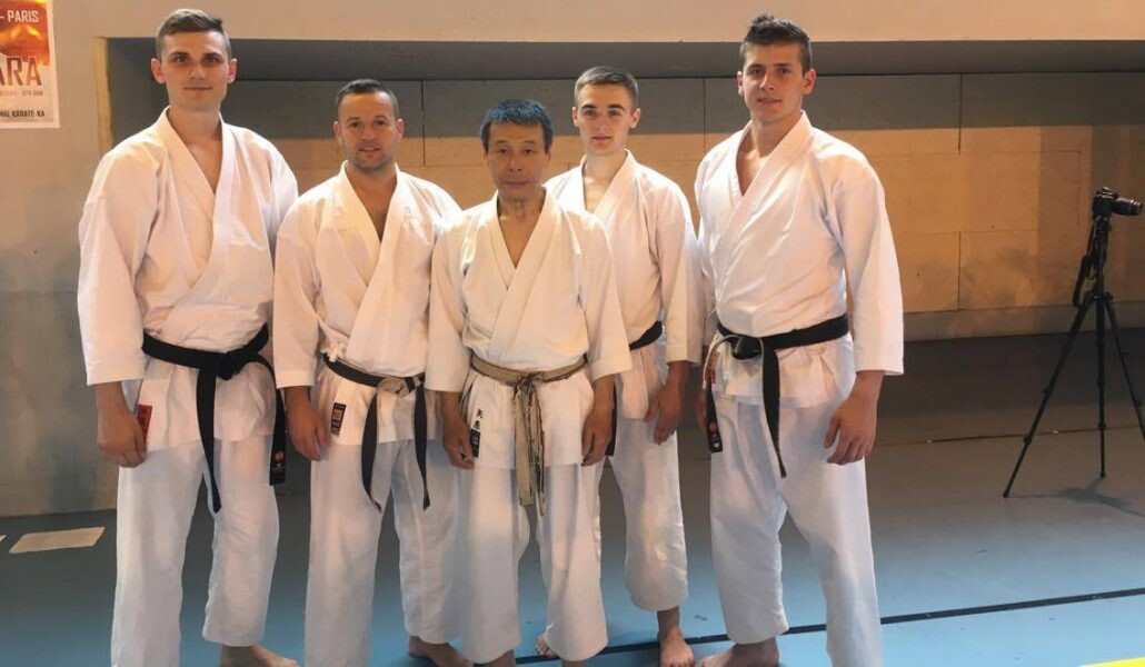 <p>Czworo karateków AKT uczestniczyło w dwudniowym seminarium karate w Paryżu (27 i 28 maja 2017). Zgrupowanie prowadził sensei Mikio Yahara – charyzmatyczny instruktor, wielokrotny mistrz JKA (Japan Karate Association), założyciel Karatenomichi World Federation (KWF).</p>