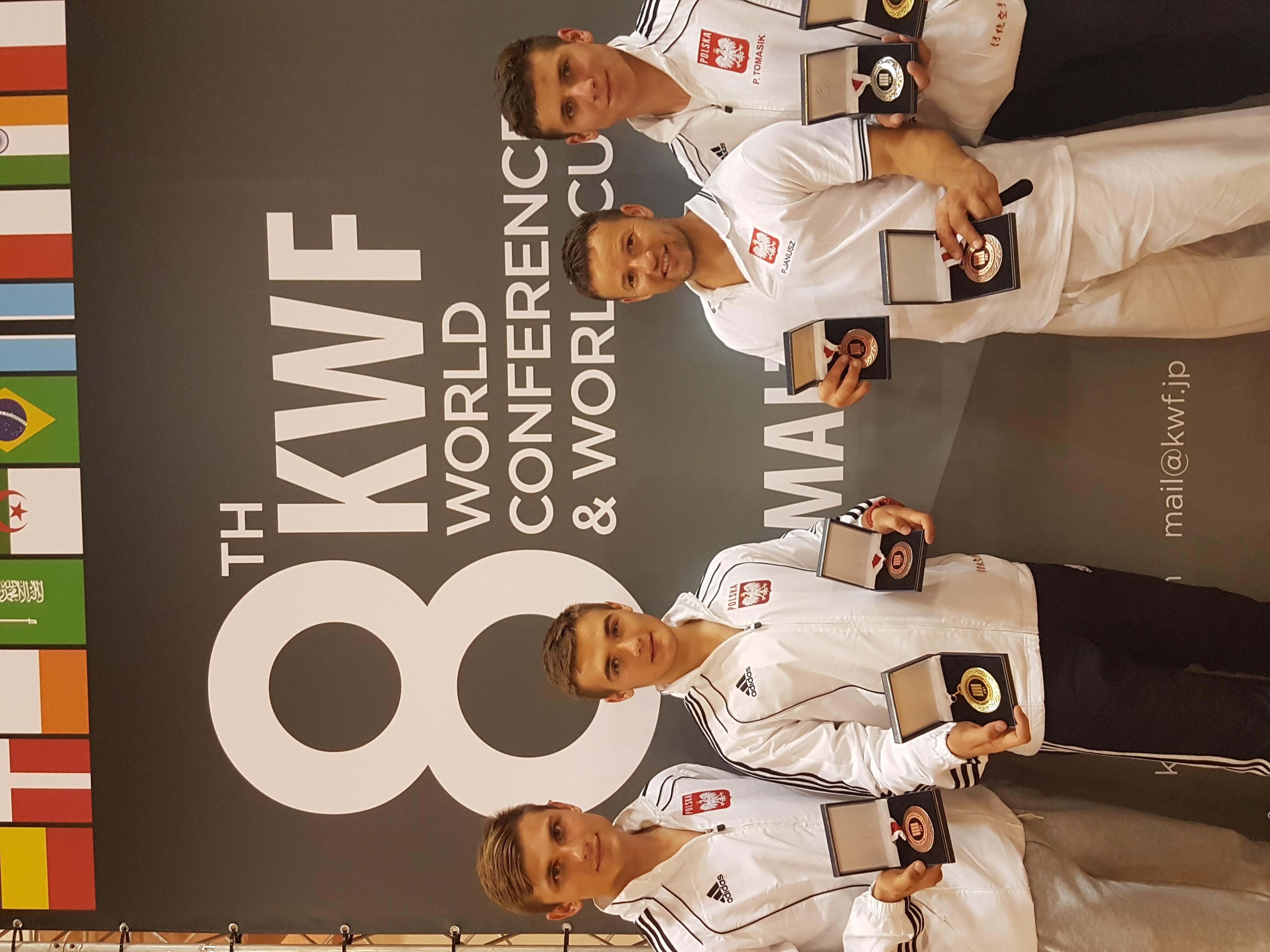 <p>Karatecy AKT zaliczyli piękny występ podczas Pucharu Świata na Malcie. W zawodach zorganizowanych 1 października przez Światową Federację Karatenomichi (Karatenomichi World Federation, KWF), zdobyli w sumie 4 medale (1 złoty, i srebrny i 2 brązowe).</p>