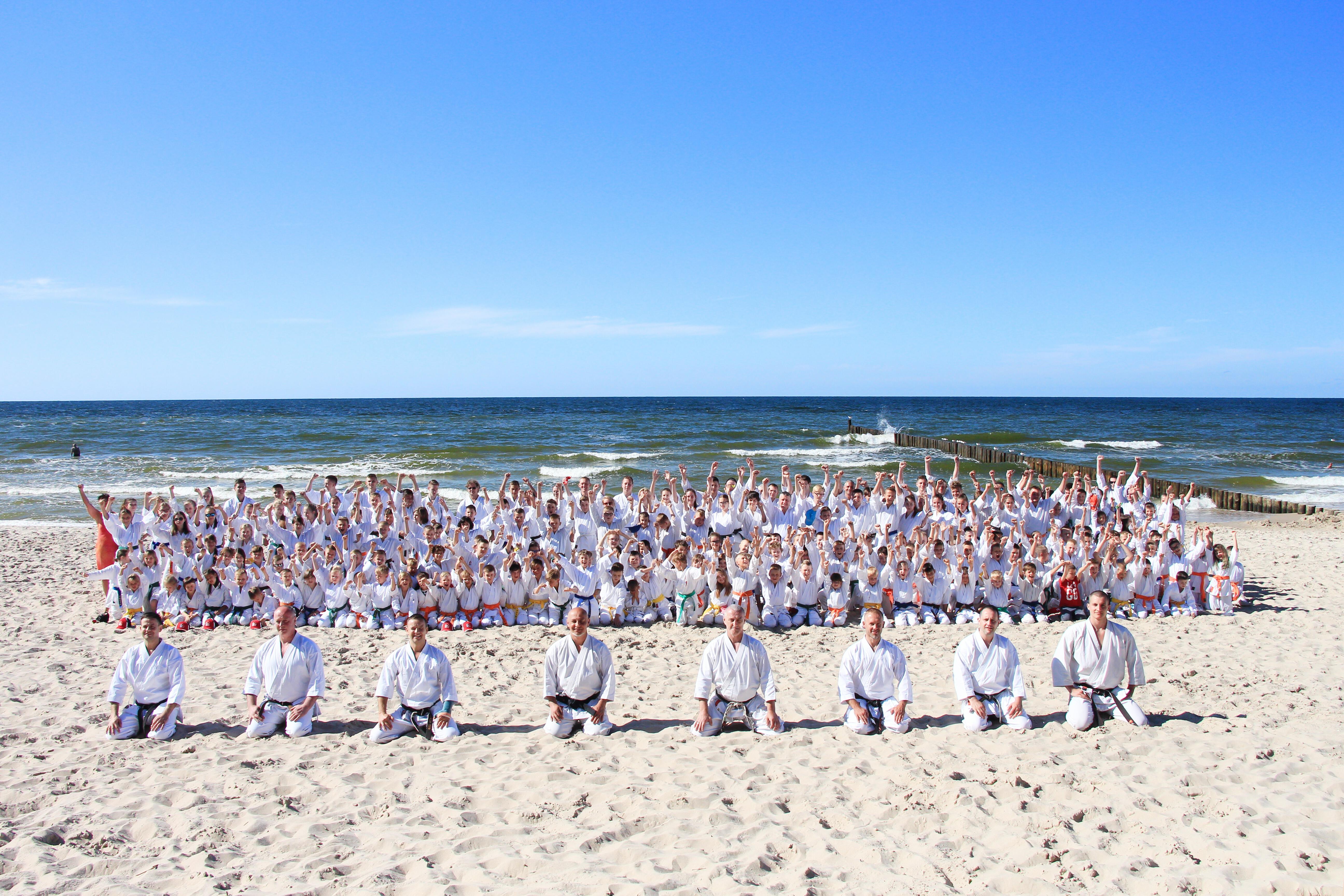 <p>Karatecy AKT po raz piąty spędzili aktywnie czas na obozie w Sianożętach. W 10-dniowym zgrupowaniu (9-19 lipca 2017)uczestniczyło blisko 100 osób. </p>