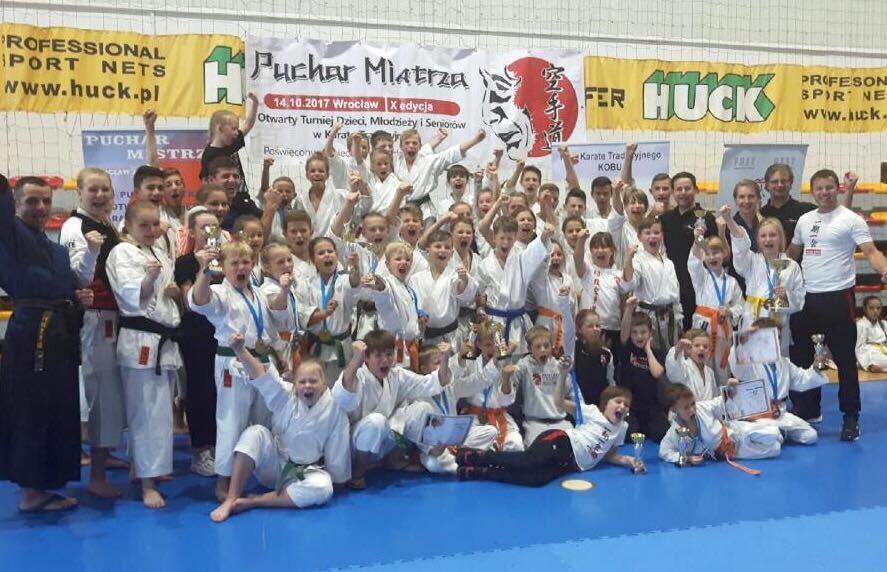 <p>33 medale zdobyli karatecy AKT podczas 10. Pucharu Mistrza i Międzywojewódzkich Mistrzostw Młodzików. Nasza niezawodna ekipa przywiozła do domu 16 złotych, 8 srebrnych i 9 brązowych medali. Turniej rozegrano 14 października we Wrocławiu.</p>