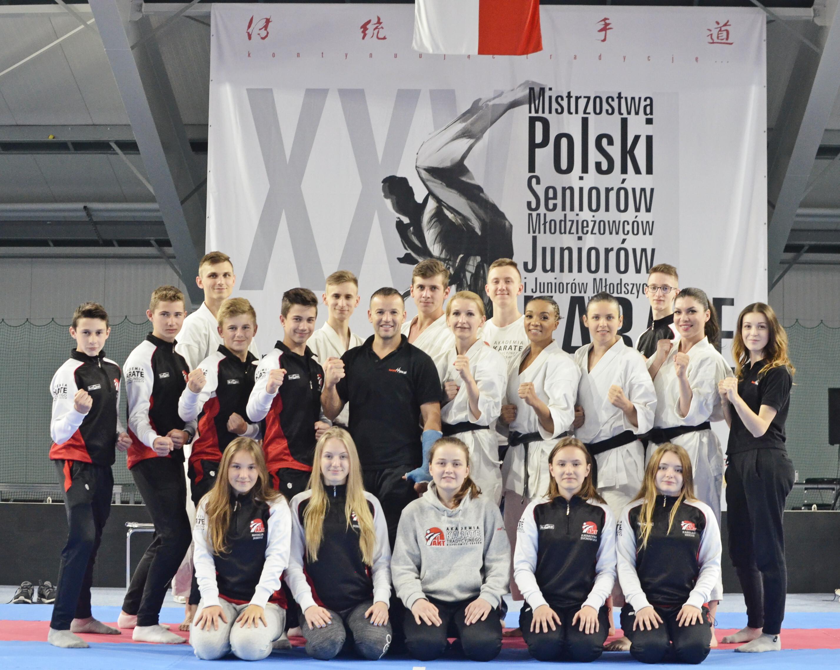 <p>Bardzo dobrym wynikiem zakończyły się dla AKT Niepołomice-Kraków Mistrzostwa Polski w Karate Tradycyjnym, rozegrane 17 i 18 czerwca w Zamościu. Karatecy wrócili do domu z 19 medalami (5 złotych, 6 srebrnych i 8 brązowych).</p>