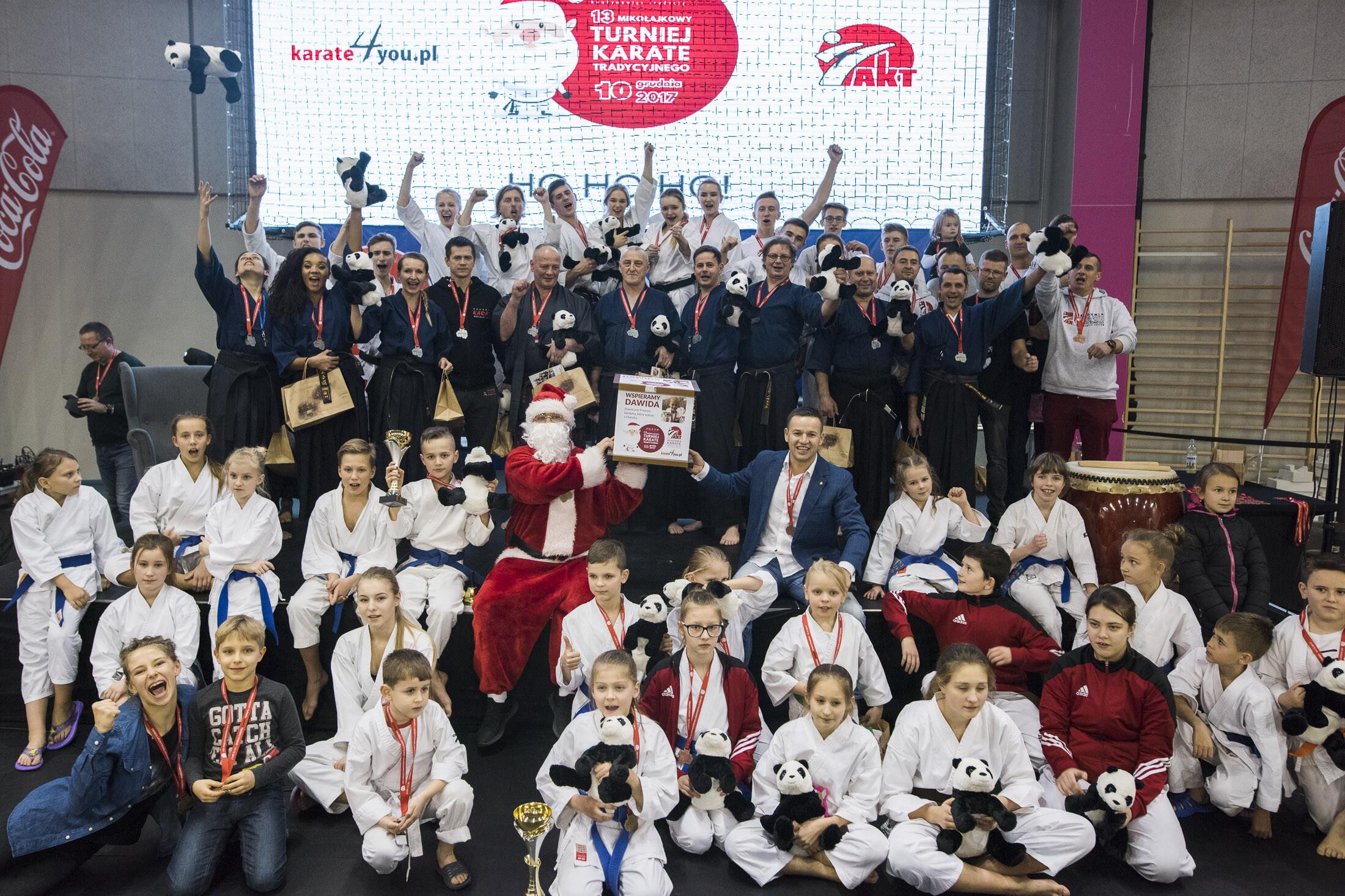 <p>10 grudnia zorganizowaliśmy nasz 13. Turniej Mikołajkowy w Karate Tradycyjnym. Impreza miała wyjątkowy charakter. Środowisko karateków po raz kolejny zjednoczyło siły i okazało pomoc potrzebującemu. Mnóstwo osób przyłączyło się do akcji wsparcia 9-letniego Dawida, ciężko chorego karateki. W TAURON Arenie Kraków rywalizowało blisko 500 młodych karateków. </p>
