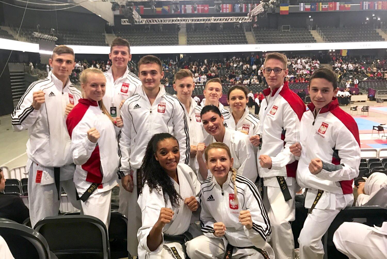 <p>Ekipa AKT wywalczyła dla Polski 12 medali podczas Mistrzostw Europy w Karate Tradycyjnym oraz Mistrzostw Świata w Karate Fudokan. Zmagania odbyły się 4-5 listopada w Kluż-Napoka w Rumunii. Była to najważniejsza impreza mijającego roku.</p>