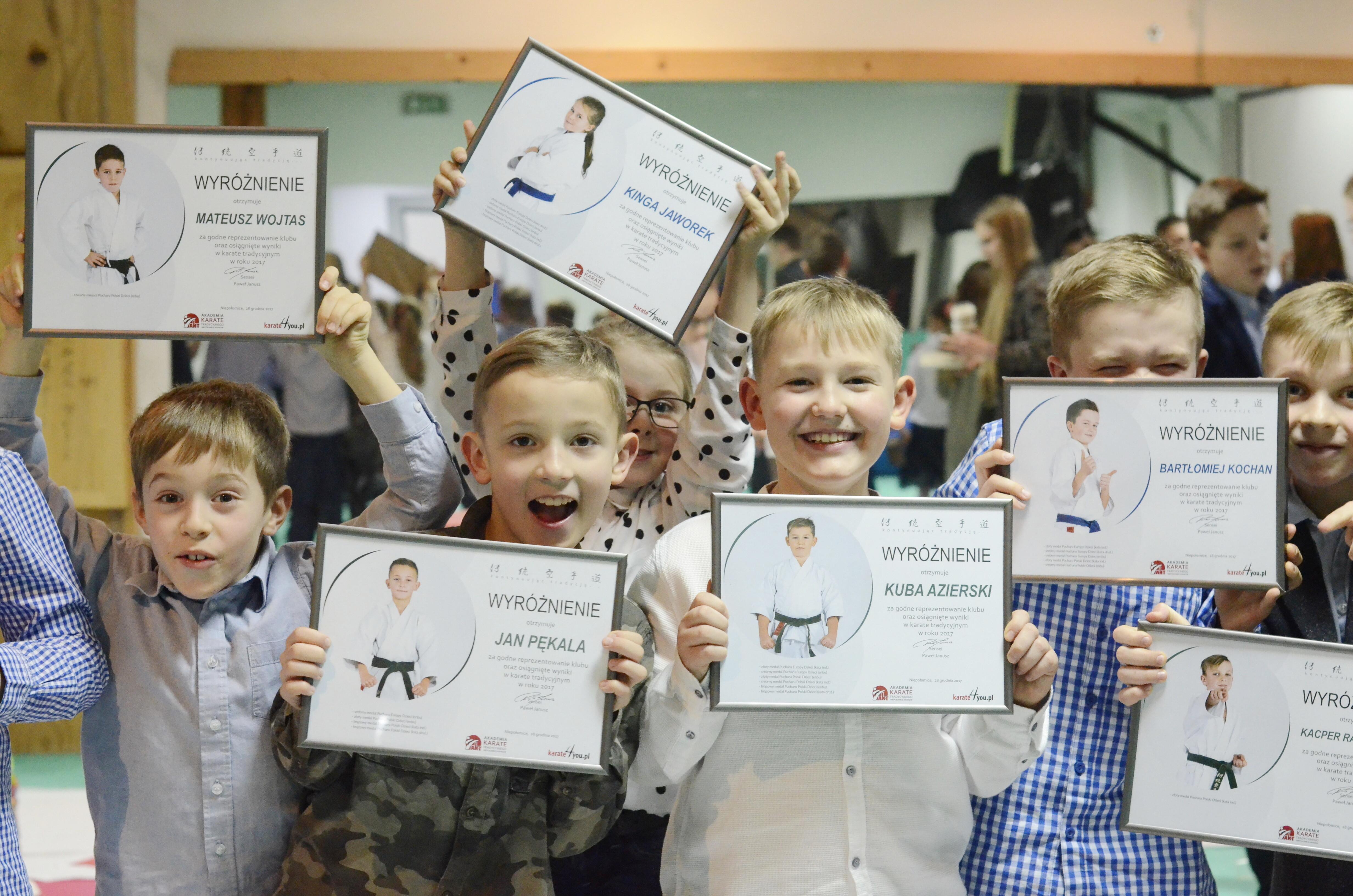 <p>Blisko 100 karateków spędziło noc w niepołomickiej Akademii z czwartku na piątek 28/29 grudnia. Wydarzeniu towarzyszyła uroczystość wręczania wyróżnień za osiągnięcia sportowe w 2017 roku, a także moc innych atrakcji: trening, zabawa, dyskoteka, oglądanie filmów. </p>