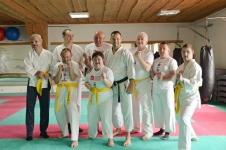<p>Grupa niepełnosprawnych z Domu Środowiskowego w Gruszkach odwiedziła 24 kwietnia niepołomicką Akademię Karate. Karatecy od września systematycznie trenują w niepołomickim Dojo pod okiem senseia Pawła Janusza. </p>