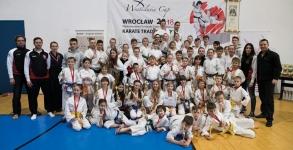 <p>Z 40 medalami wróciliśmy z Międzynarodowego Turnieju Wratislavia Cup rozegranego 10 marca we Wrocławiu. Nasi wojownicy zdominowali pierwsze miejsca na podium – zdobyli aż 18 złotych krążków. Niecodziennie się zdarza taki wynik. Ponadto, mamy  6 srebrnych i 16 brązowych medali.</p>