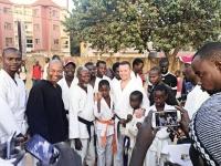 <p>Sensei Paweł Janusz został ambasadorem sportu w Gambii. Do stolicy Gambii – Bandżul wyleciał 12 stycznia z misją propagowania karate w Afryce. Na miejscu spotkał się z władzami kraju, przedstawicielami środowisk sportowych, poprowadził też treningi dla tamtejszych karateków. Zaangażowanie senseia docenił minister sportu Gambii, mianując go ambasadorem.</p>