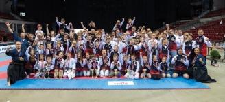 <p>Piękny wynik w Ogólnopolskim Pucharze Polski Dzieci w Karate Tradycyjnym rozegranym 1 czerwca w gdańskiej Ergo Arenie! Przywieźliśmy 40 medali! Młodzi karatecy AKT wywalczyli 14 złotych, 11 srebrnych i 15 brązowych krążków oraz 8 czwartych miejsc. To po raz kolejny najlepszy wynik spośród wszystkich klubów w kraju.</p>