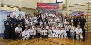 <p>Udany występ zaliczyli karatecy AKT podczas Pucharu Mistrza rozegranego 13 października we Wrocławiu. Zdobyliśmy aż 45 medali (21 złotych, 8 srebrnych i 16 brązowych) i to był najlepszy wynik turnieju!</p>