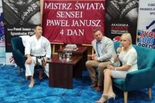<p>9 listopada sensei Paweł Janusz, 4-krotny mistrz świata w karate tradycyjnym opowiedział o swojej drodze do sukcesu podczas wizyty w Powiatowym Zespole Szkół w Bodzentynie. Spotkanie odbyło się w ramach projektu Mistrzowie Sportu – Edukacja przez Sport.</p>