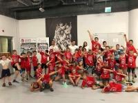<p>W sierpniu (6-10 sierpnia oraz 20-24 sierpnia) zorganizowaliśmy dwie półkolonie karate w Dojo w TAURON Arenie Kraków. Oba turnusy dostarczyły karatekom niezapomnianych wrażeń i atrakcji. W wakacyjnej przygodzie wzięło udział blisko 80 osób.</p>