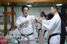 <p>31 października w naszej Akademii gościł sensei Masakazu Hashimoto. Przeprowadził dla karateków AKT jedyne w Polsce badanie wpływu minerałów PROUSION na organizm dziecka, głównie w zakresie eliminacji fizycznego i psychicznego zmęczenia, napięć i stresów. Towarzyszył mu Tomasz Wilczek, właściciel firmy Reporter Young, który podarował uczestnikom badania 50 koszulek zaimpregnowanych minerałami PROUSION. Sensei Hashimoto wspólnie z senseiem Pawłem Januszem przeprowadzili dla niepołomickich karateków trening.</p>