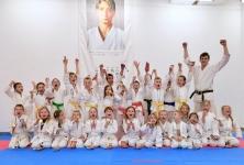 <h5>Ferie w Dojo </h5><p>Park trampolin, ścianka wspinaczkowa, kino, gry i zabawy sprawnościowe, skate park, konkurs Mam talent i oczywiście treningi karate – to atrakcje, które czekały na uczestników Zimowej półkolonii karate. Ekipa 30 karateków przez 5 dni (od 21 do 25 stycznia) spotykała się codziennie rano w Dojo w TAURON Arenie Kraków.</p>