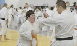 <h5>Karatecy z Gruszek na międzynarodowym seminarium</h5><p>Na treningi z senseiem Avim Rokah 7 Dan (USA) przyjechała grupa osób ze Środowiskowego Domu Samopomocy w Gruszkach, trenująca w naszej Akademii. Dla karateków było to duże przeżycie, po raz pierwszy bowiem wzięli udział w tak dużym wydarzeniu.</p>