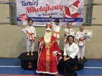 <h5>Turniej Mikołajkowy w Rzeszowie</h5><p>Nasi karatecy wystartowali 7 grudnia w IV Turnieju Mikołajkowym w rzeszowskiej Hali Podpromie. Do Niepołomic wrócili z 24 medalami (9 złotych, 7 srebrnych, 8 brązowych).</p>