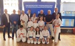 <h5>Spotkanie na Uniwersytecie Pedagogicznym</h5><p>Sensei Paweł Janusz spotkał się 11 grudnia ze studentami Uniwersytetu Pedagogicznego w Krakowie. Opowiedział im o karate, o tym jak harmonizuje się ono z japońską filozofią Budo oraz o ich wpływie na codzienne życie.</p>